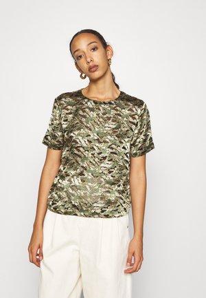 GIA BURNOUT - Print T-shirt - greenmult