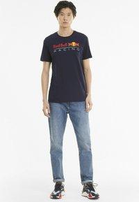Puma - LOGO TEE - Print T-shirt - night sky - 1