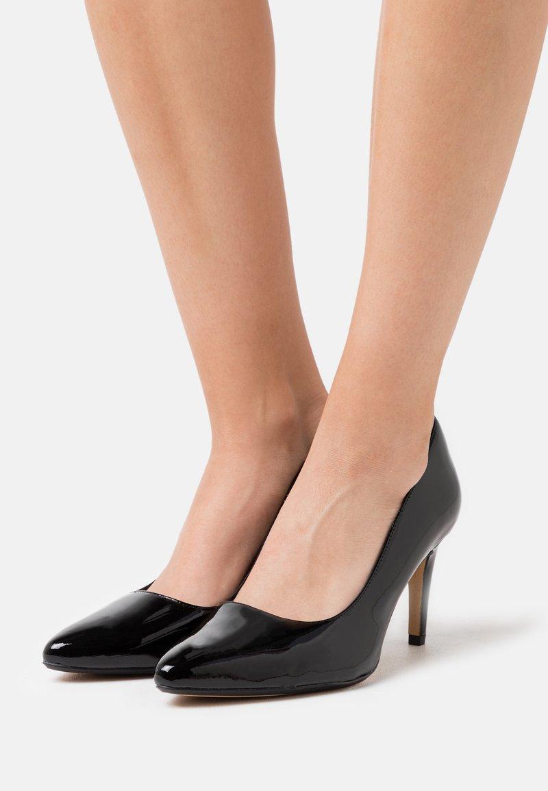 Clarks - LAINA RAE  - Lodičky na vysokém podpatku - black