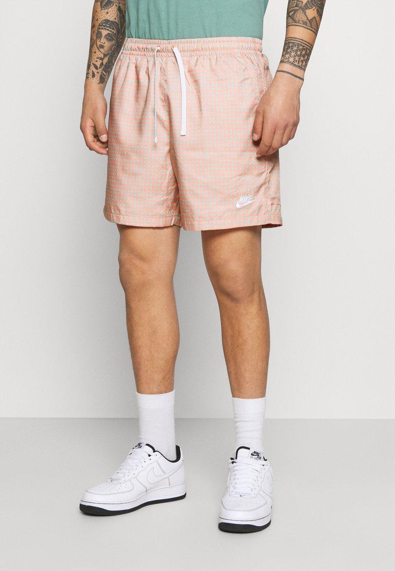 Nike Sportswear - FLOW GRID - Shortsit - crimson bliss/white