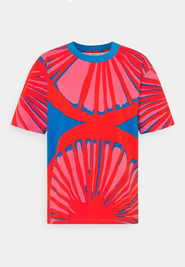 CREATED KUUSIKKO APPELSIINI - T-shirt print - bright blue/orange/pink