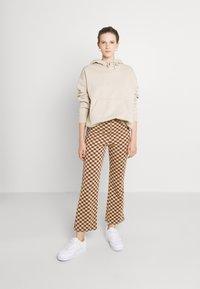 Monki - NOVA - Pantaloni - beige/brown - 1