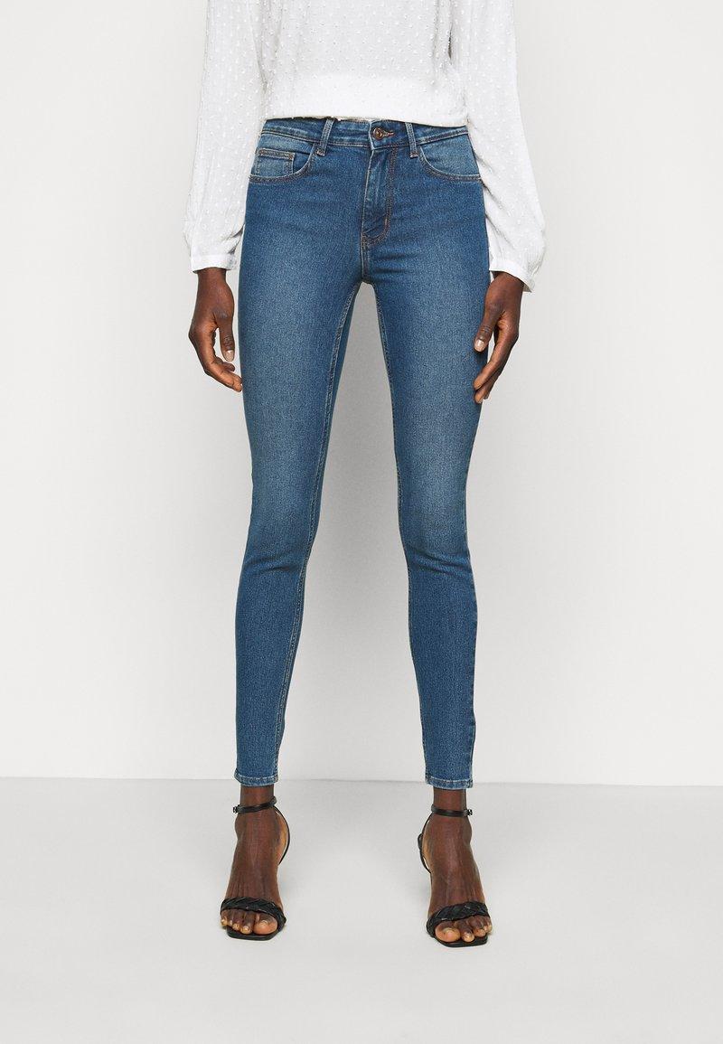PIECES Tall - PCPEGGY  - Skinny džíny - medium blue denim