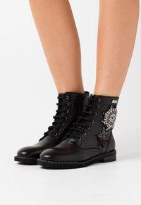 Les Tropéziennes par M Belarbi - ZAMBIE - Lace-up ankle boots - noir - 0