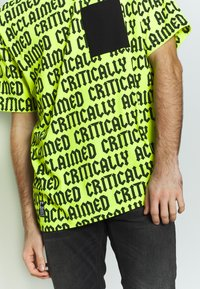 Cayler & Sons - CRITICALLY ACCLAIMED SEMI BOX TEE - T-shirts med print - volt/black - 3