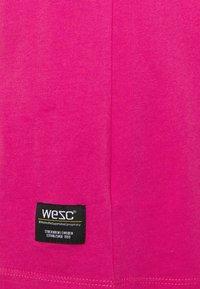 WeSC - MASON THRILLS - Print T-shirt - hot magenta - 2
