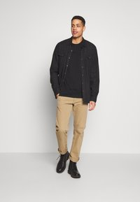 Timberland - ESTABLISHED BLOCK LOGO TEE - T-Shirt print - black/wheat boot - 1