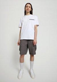 Napapijri - S-HAENA - T-shirt con stampa - bright white - 0
