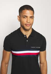 Tommy Hilfiger - GLOBAL CHEST TAPE SLIM - Polo shirt - black - 3