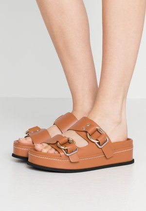 FREIDA PLATFORM DOUBLE BUCKLE SLIDE - Pantofle - cognac