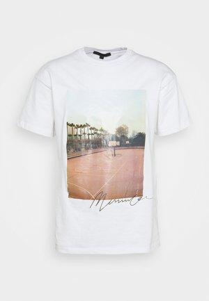 COURTSIDE BASKETBALL REGULAR - Printtipaita - white