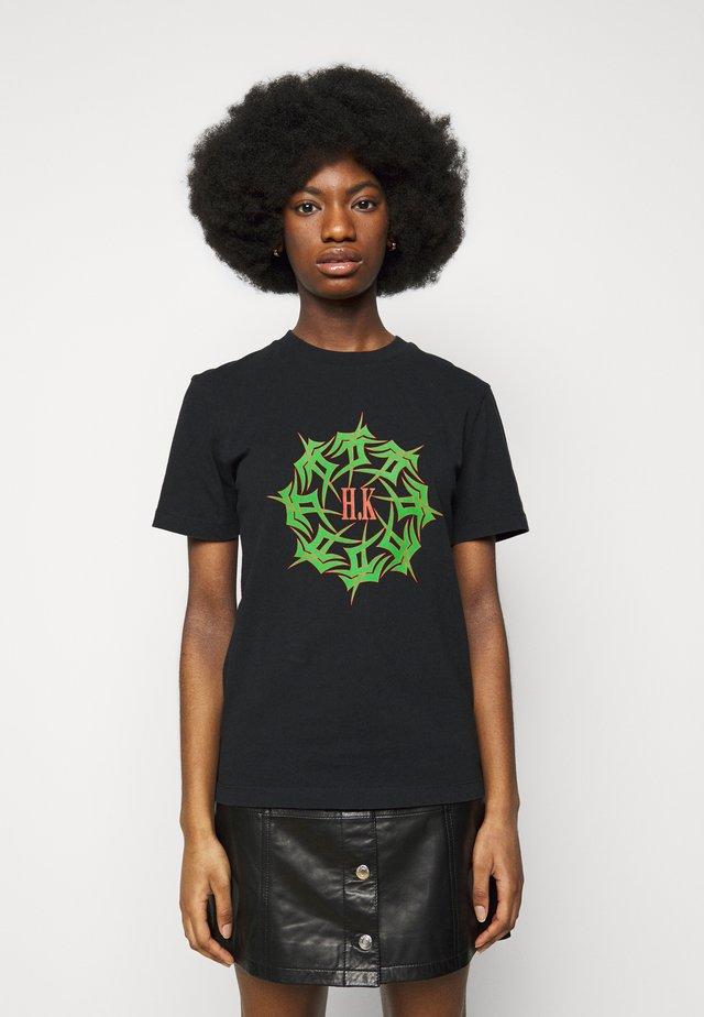ARTWORK TEE - T-shirt imprimé - faded black tribal
