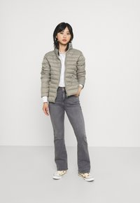 ONLY Petite - ONLHUSH LIFE MID  - Flared Jeans - grey denim - 1