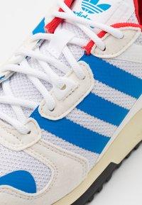 adidas Originals - ZX 700 HD UNISEX - Sneakersy niskie - footwear white/chalk white/core black - 5
