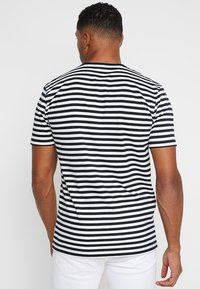 Only & Sons - ONSJAMIE LIFE SS STRIPE REG TEE NOO - Print T-shirt - dark navy - 2