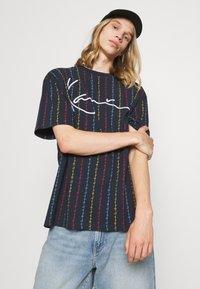 Karl Kani - UNISEX SIGNATURE LOGO PINSTRIPE TEE - Print T-shirt - navy - 3