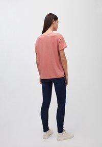 ARMEDANGELS - T-SHIRT AUS BIO-BAUMWOLLE NAALIN LITTLE SUNRISE - Print T-shirt - cinnamon rose - 2
