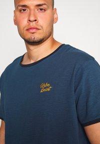 URBN SAINT - CHAO TEE - Print T-shirt - ensign blue - 4