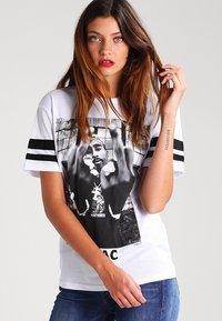 Urban Classics - 2PAC - T-shirt con stampa - white - 0