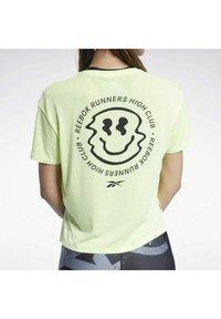 Reebok - RUN ESSENTIALS SHORT SLEEVE GRAPHIC T-SHIRT - T-shirts med print - yellow - 3