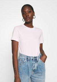 Calvin Klein Jeans - SHRUNKEN INSTITUTIONAL TEE - Print T-shirt - pearly pink - 3