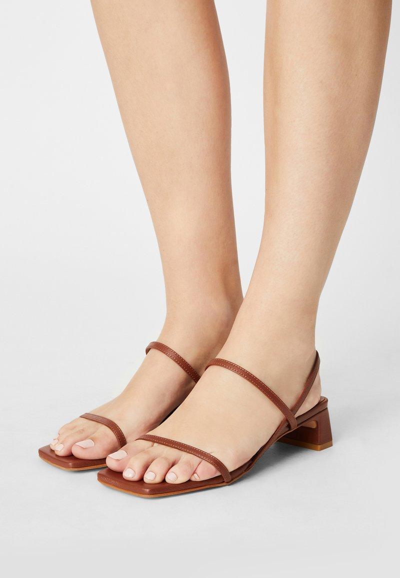 ÁNGEL ALARCÓN - Sandals - cuero16