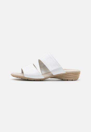 Sandalias planas - weiß