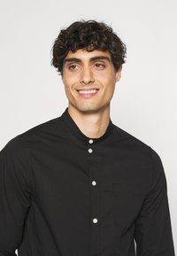 Pier One - MUSCLE FIT - Camicia - black - 3