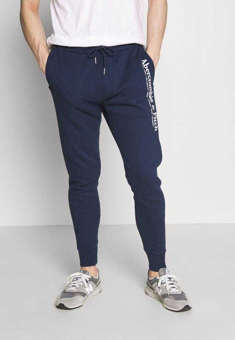 Abercrombie & Fitch - TECHNIQUE LOGO - Pantalones deportivos - navy