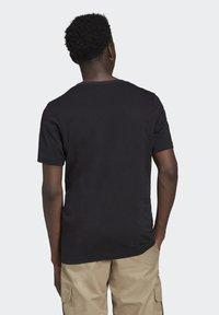 adidas Originals - STRIPE UNISEX - Camiseta estampada - black/multicolor - 2