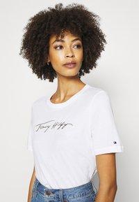 Tommy Hilfiger - REGULAR OPEN SCRIPT TEE - T-shirts print - white - 3