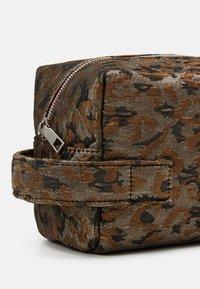 HVISK - AVER LEOPARD - Wash bag - silver/brown/multi - 3