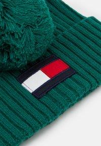 Tommy Hilfiger - BIG FLAG BEANIE POM POM - Muts - green - 2