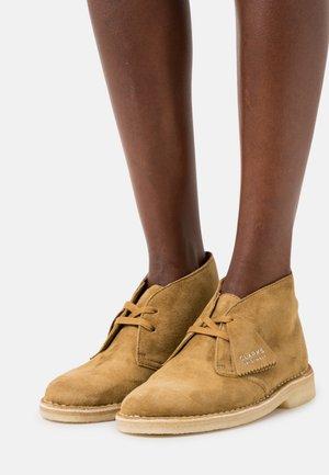 DESERT BOOT - Šněrovací boty - tan