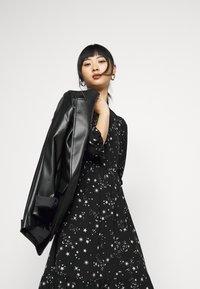 New Look Petite - PIECRUST PUFF STAR DRESS - Denní šaty - black - 3