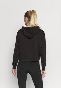 Puma - METALLIC LOGO HOODIE - Jersey con capucha - black/silver - 2