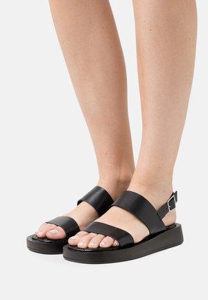 WIDE FIT DERLIE - Sandály na platformě - black