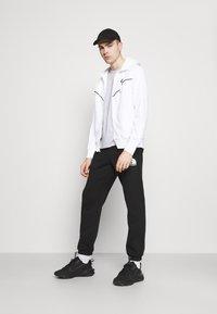 Nike Sportswear - REPEAT HOODIE - Huvtröja med dragkedja - white/black - 1