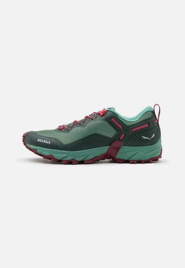 ULTRA TRAIN 3 - Běžecké boty do terénu - duck green/rhododendon