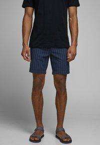 Jack & Jones - JJILINEN JJCHINO - Shorts - dark blue - 0