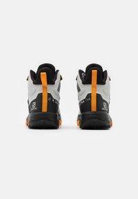 Salomon - X ULTRA 4 MID GTX - Chaussures de marche - lunar rock/magnet/buttersco - 2
