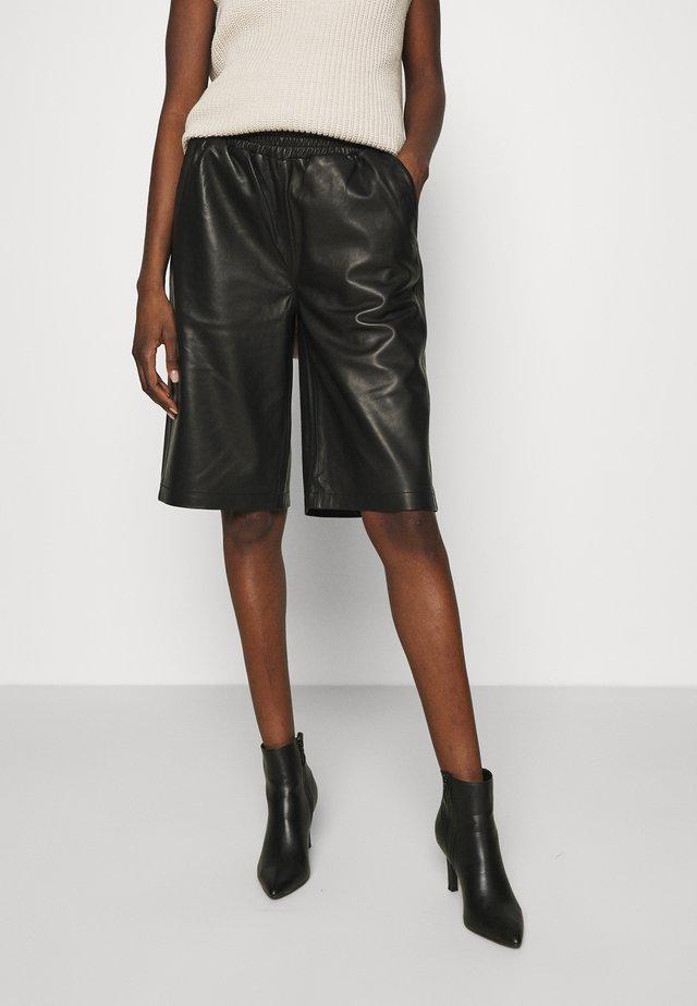 PASO BERMUDA - Shorts - black