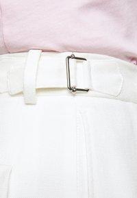 Victoria Victoria Beckham - BASKET WEAVE TAPERED TROUSERS - Spodnie materiałowe - clotted cream - 5