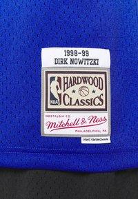 Mitchell & Ness - NBA DALLAS MAVERICKS DIRK NOWITZKI SWINGMAN - Article de supporter - royal - 5