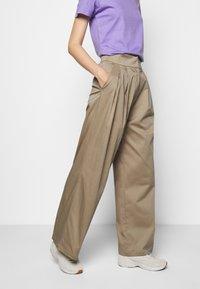 Mykke Hofmann - HERA COSA - Trousers - beige - 0