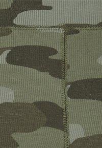 American Eagle - ACID WASH PRINT SHORTIE - Kraťasy - camo green - 2