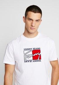 Tommy Jeans - FLAG SCRIPT TEE - Triko spotiskem - classic white - 3