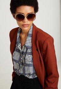Burberry - Sluneční brýle - silver-coloured/beige - 1