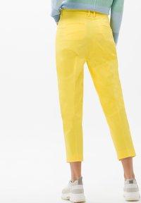 BRAX - STYLE MARA S - Broek - yellow - 2