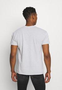 Mennace - MENNACE TRACK BUTTERFLY REGULAR - Print T-shirt - grey - 2